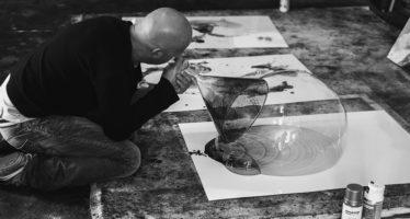 Le magicien d'art abstrait… travaille et vit dans des grottes troglodytes
